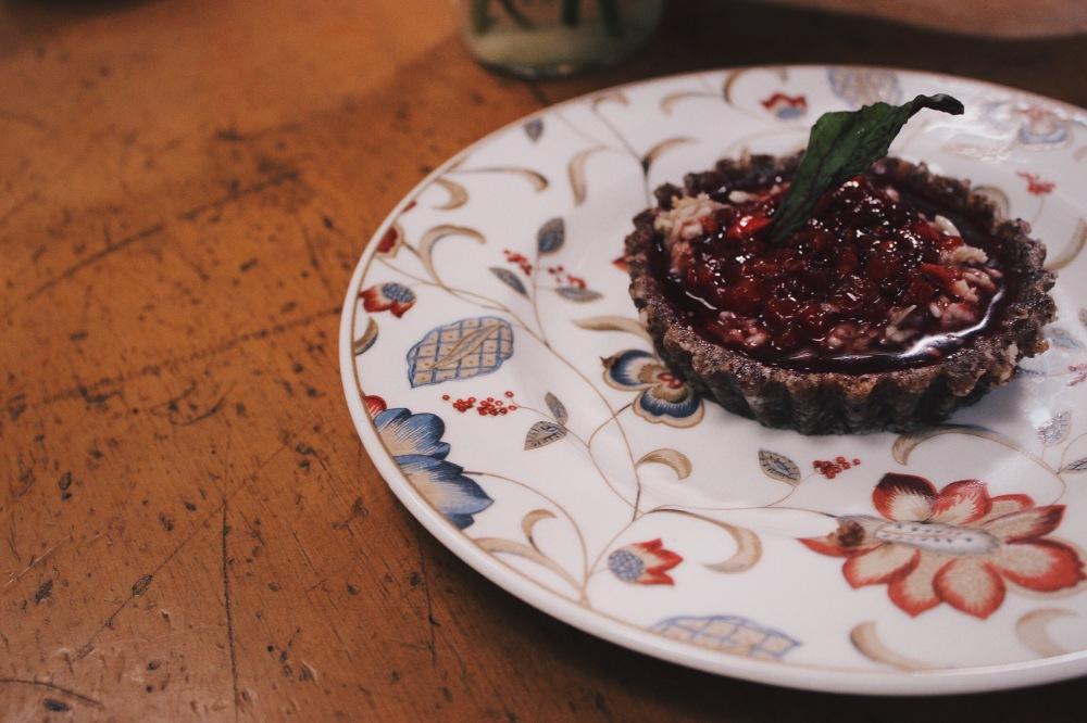 Sobremesa que Eu e Edu dividimos, uma Tartalata Crudivegana: torta de nozes com creme de cocoetomate de árbol (fruta daqui)