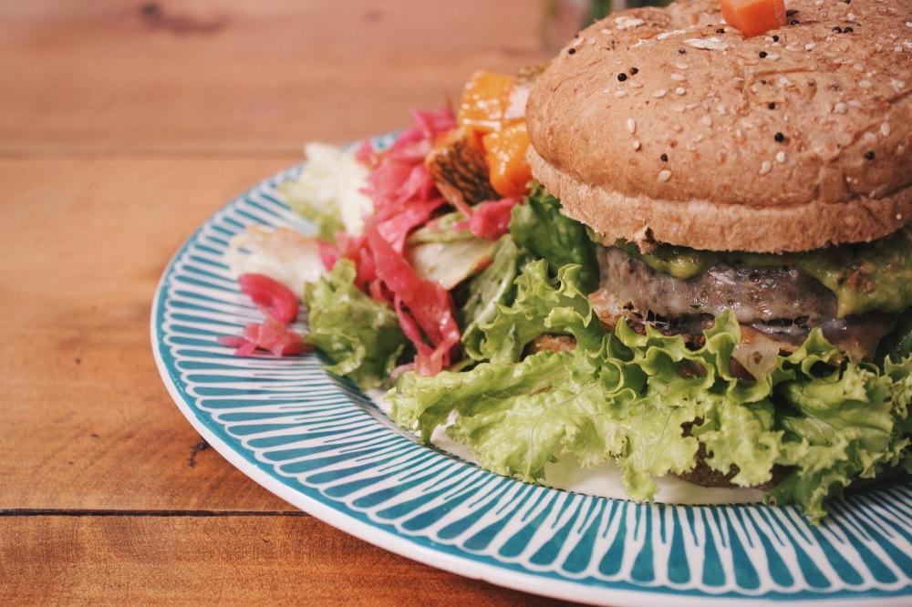 Dieguito pediu Hamburguesa Mexicana: hambúrguer à base de 7 grãos com abacate, vinagrete, molho mexicano, totopos crocantes, alface, tomate e queijo mussarela.