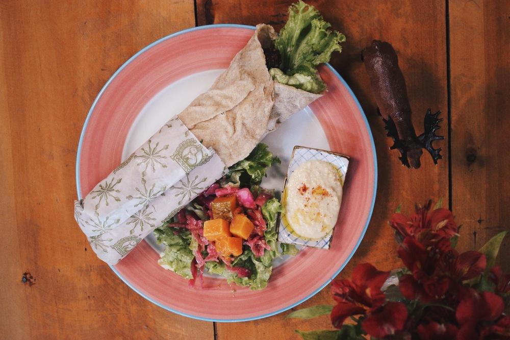 Isa pediu umShawarma: falafel, húmus, babaganush e tabule enroladinhos no pão sírio e acompanhado de molho tahine