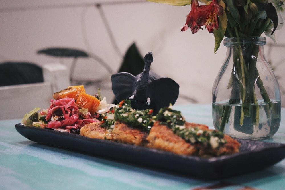 Entrada: milanesa de frutos secos com chimichurry de maracuyáe salada